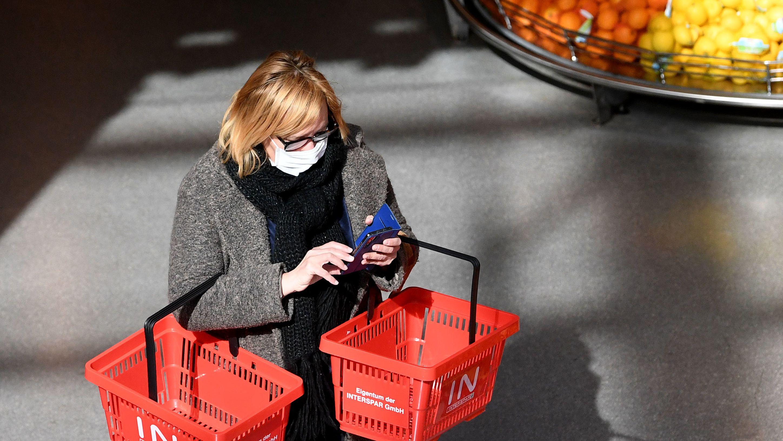 Frau mit Mundschutz im Supermarkt