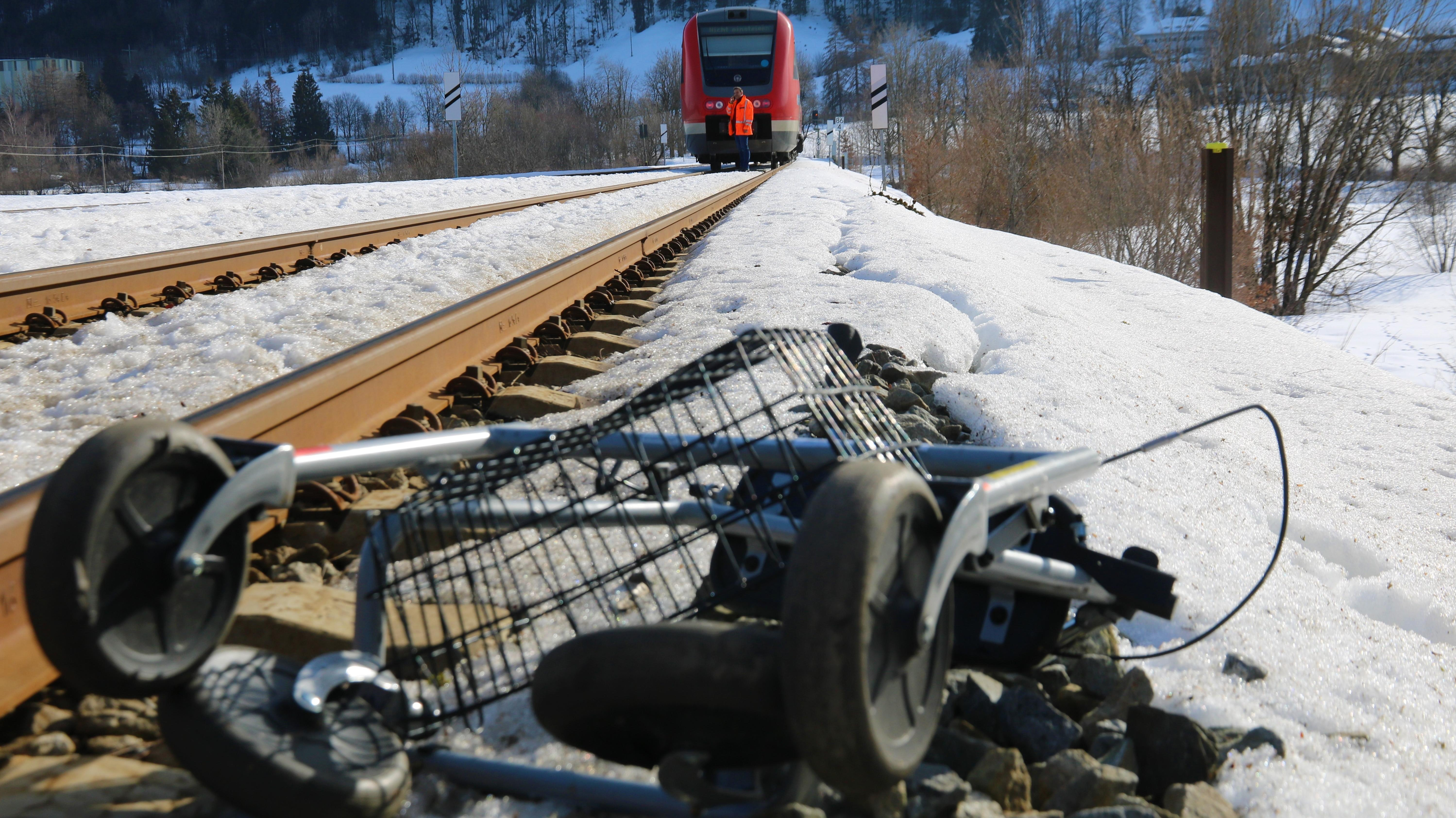 Rollator und Zug am Unfallort in Bühl am Alpsee