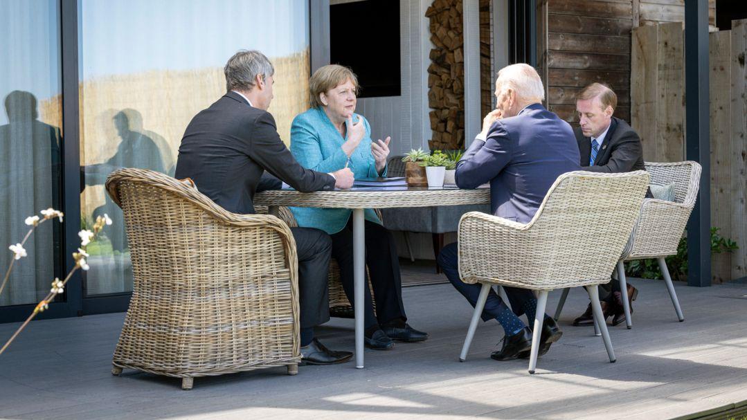 Im englischen Cornwall saßen die Staats- und Regierungschefs draußen auch mal ohne Maske beisammen.