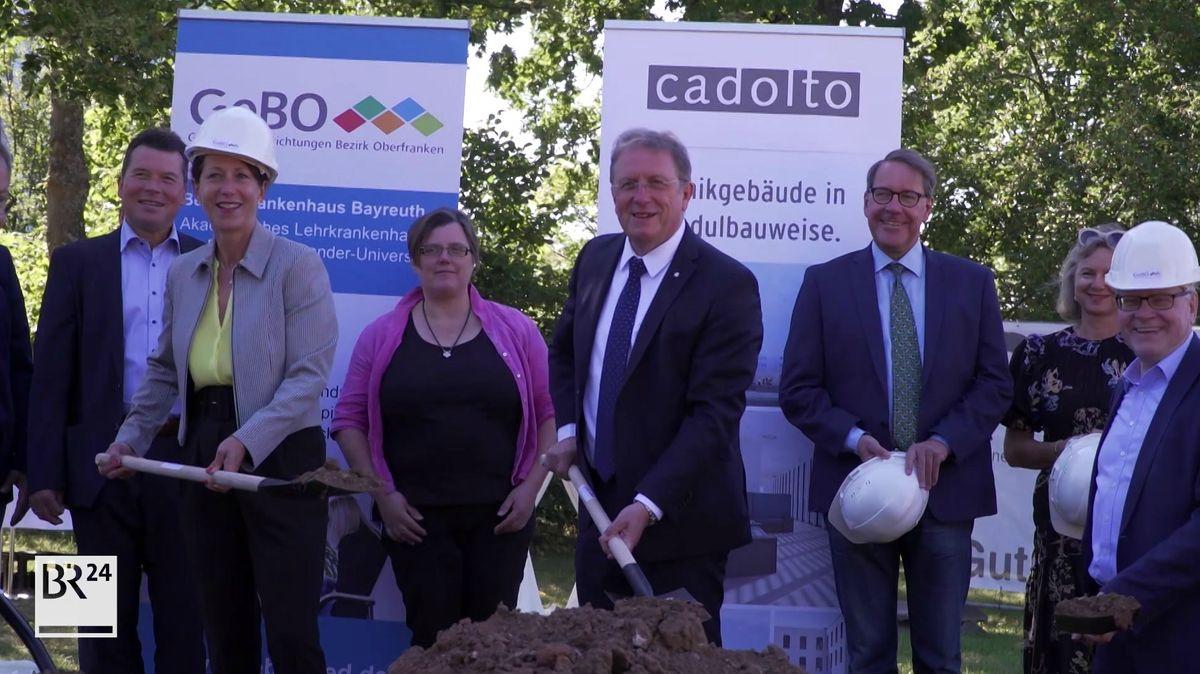 Politiker und Bauherren beim Spatenstich für die neue Kinderklinik.