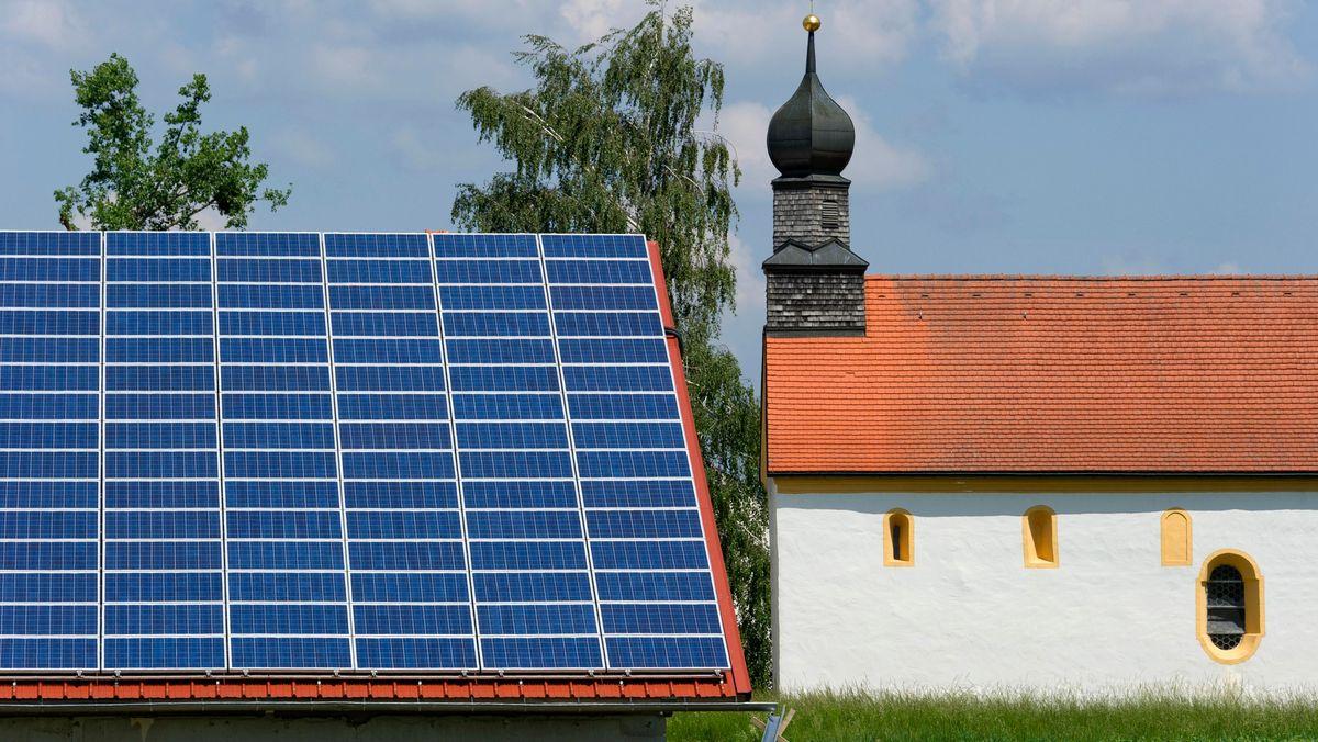 Solarstromanlage auf dem Dach eines niederbayerischen Bauernhofes bei Plattling