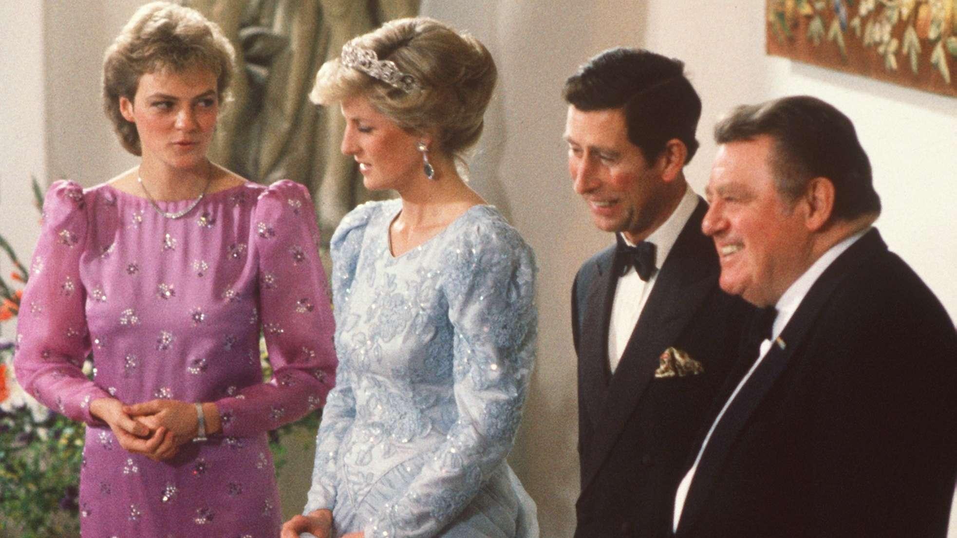 Prinzessin Diana (2.v.l) im Gespräch mit der Strauß-Tochter Monika Hohlmeier 1987 in München beim Empfang zum Abendessen mit Prinz Charles und Franz Josef Strauß (r).