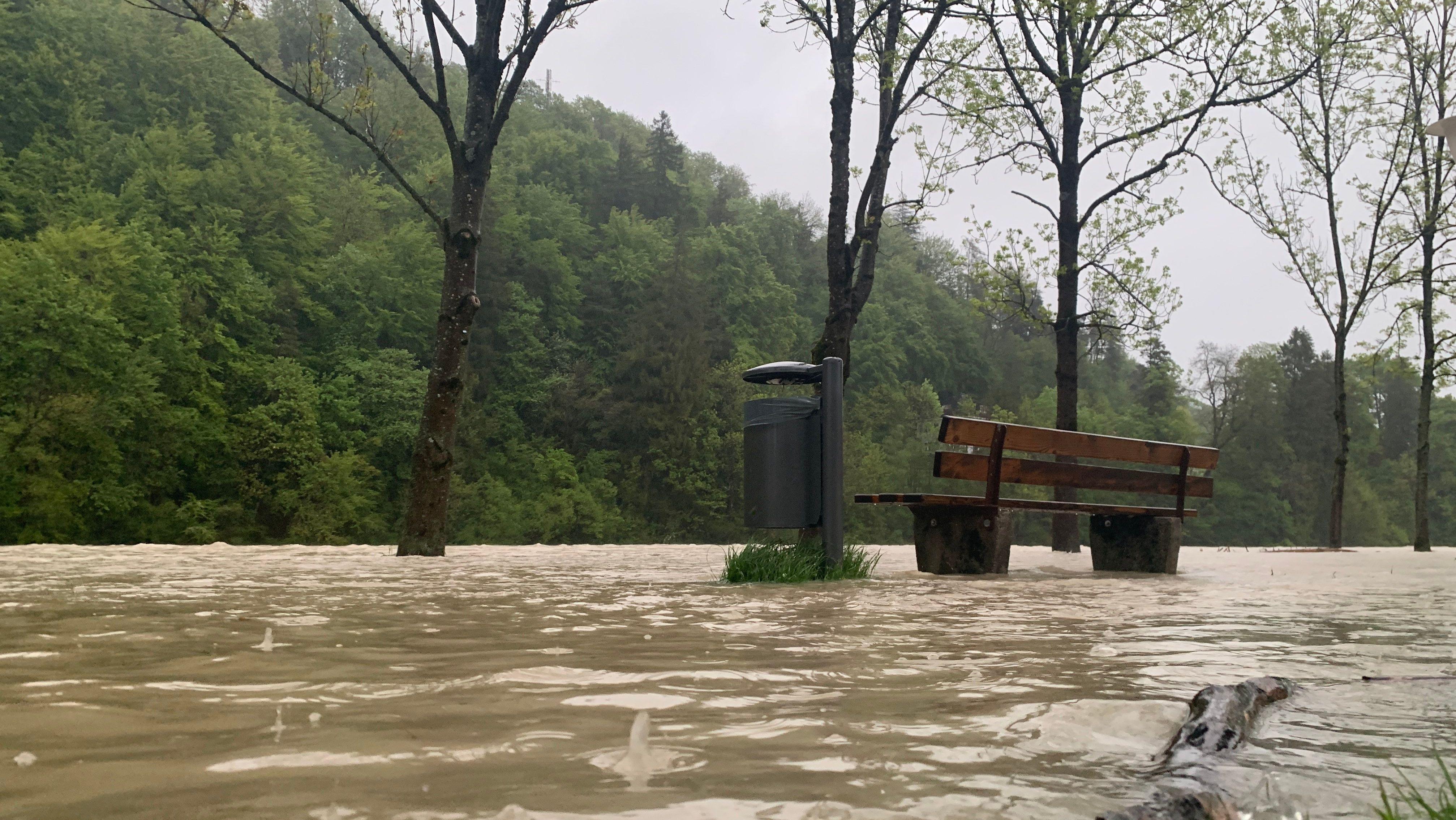 Überfluteter Fußweg mit Parkbank in Bad Tölz