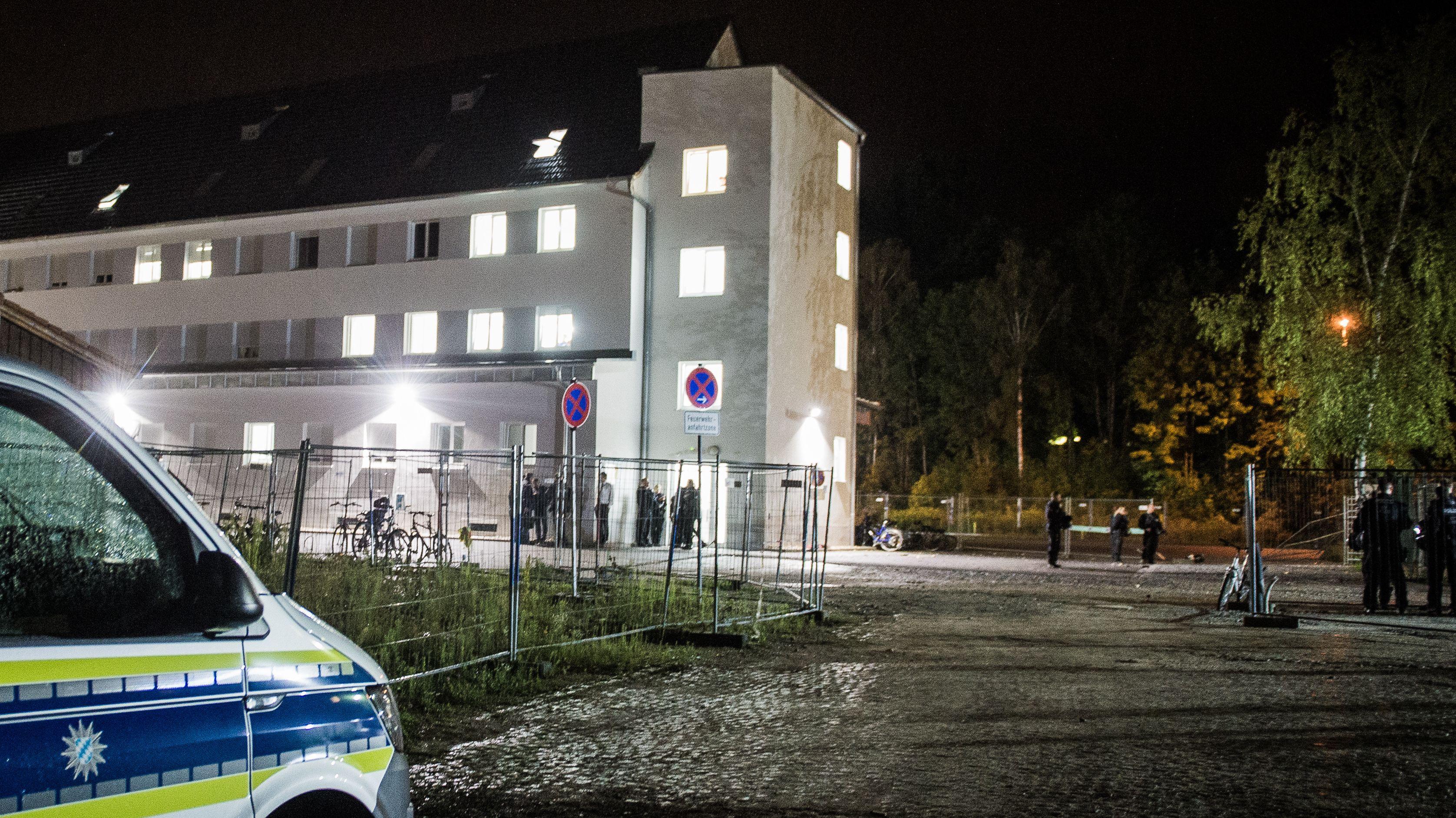 In der Nacht der Ausschreitung: Ein Polizeiwagen vor dem Ankerzentrum Deggendorf