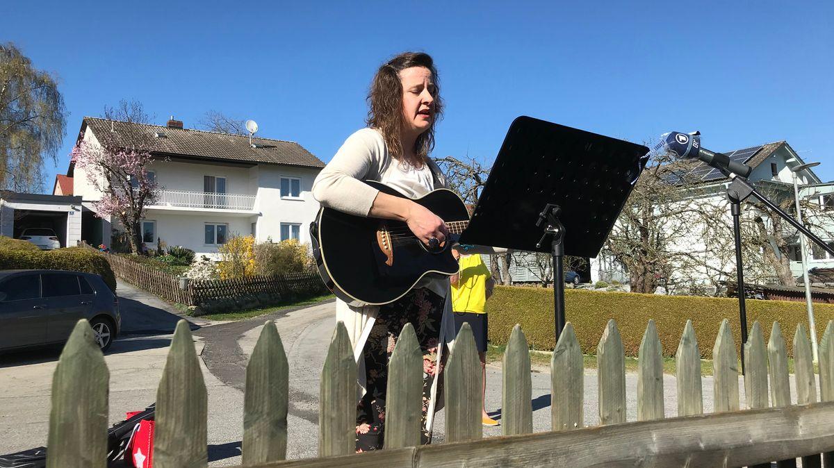 Elke Hoffmann aus Ruderting singt auf Bestellung am Gartenzaun