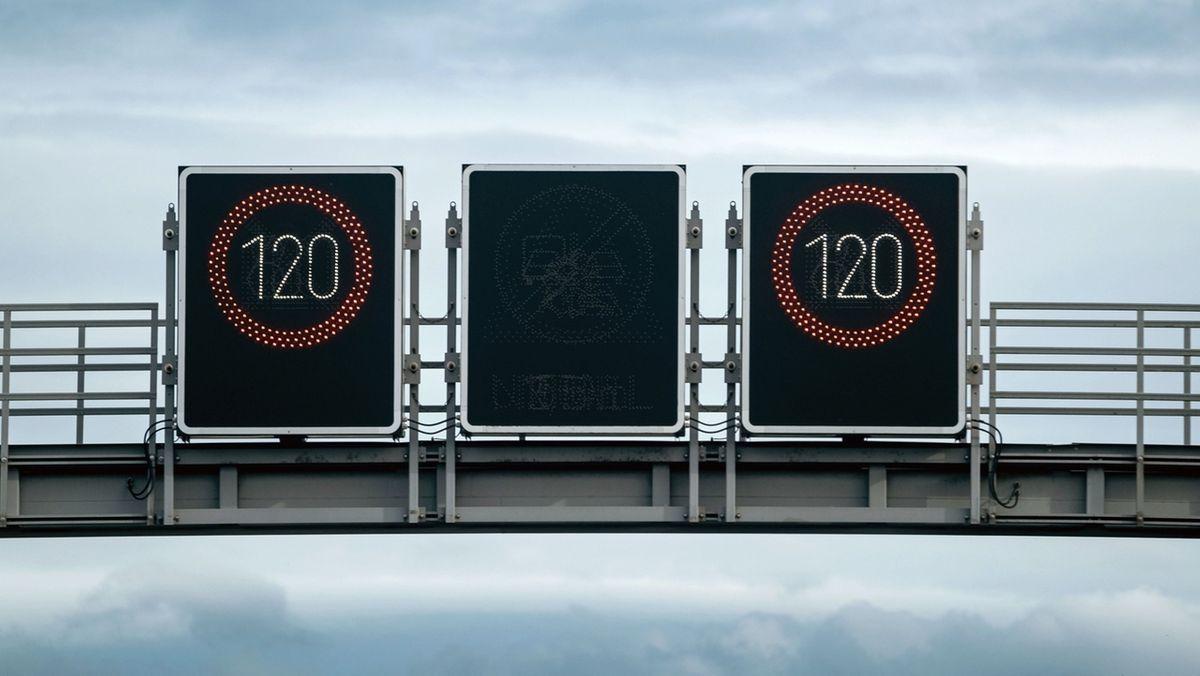 Eine Schilderbrücke mit variablen Geschwindigkeitsbeschränkungen auf einer Autobahn