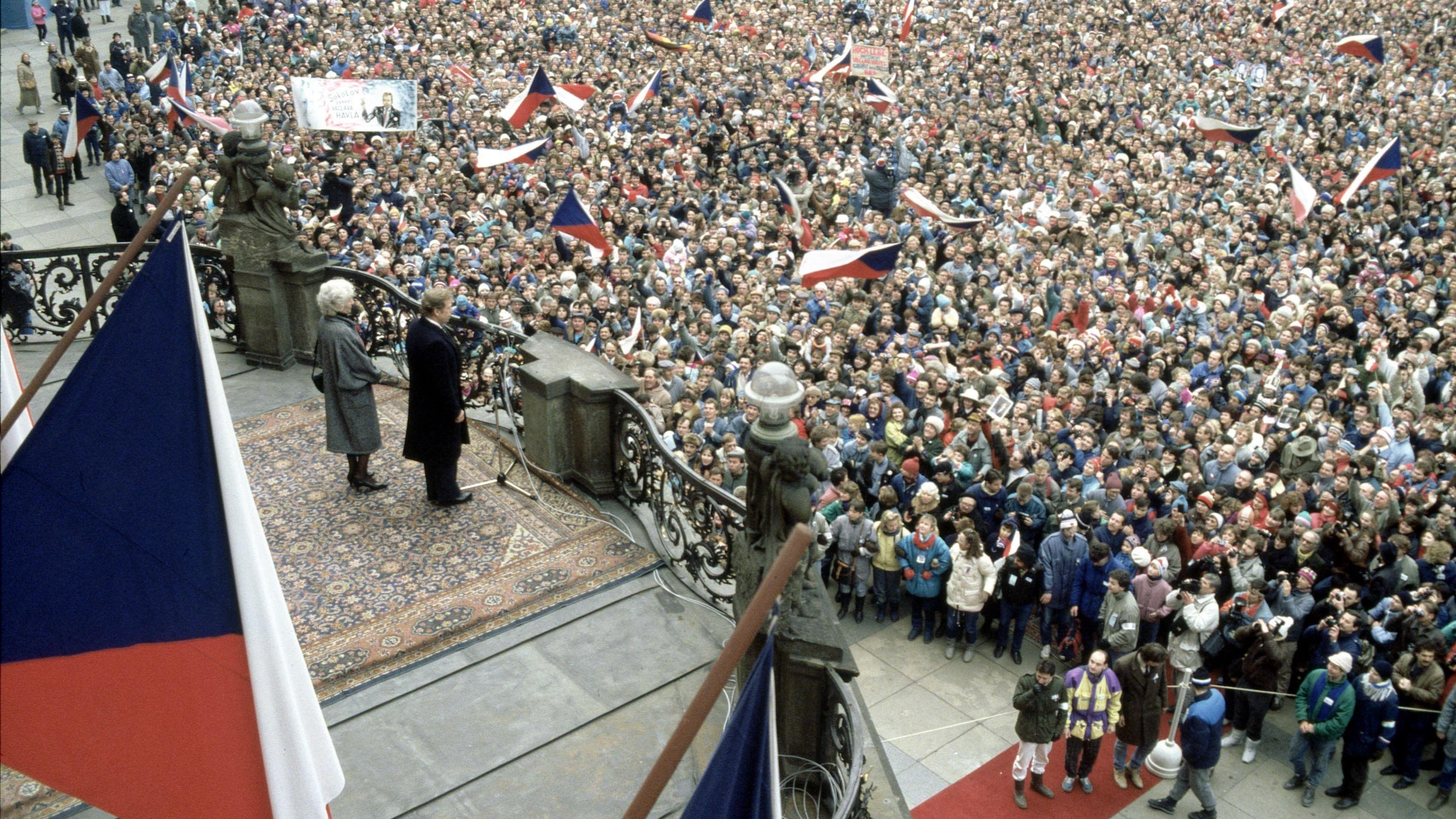 Václav Havel tritt am 29. Dezember 1989 auf dem Balkon der Prager Burg vor die Menge. Die Wahl des Theatermachers und Dissidenten zum Präsidenten markiert den Übergang von der Diktatur zur Demokratie in der Tschechoslowakei.