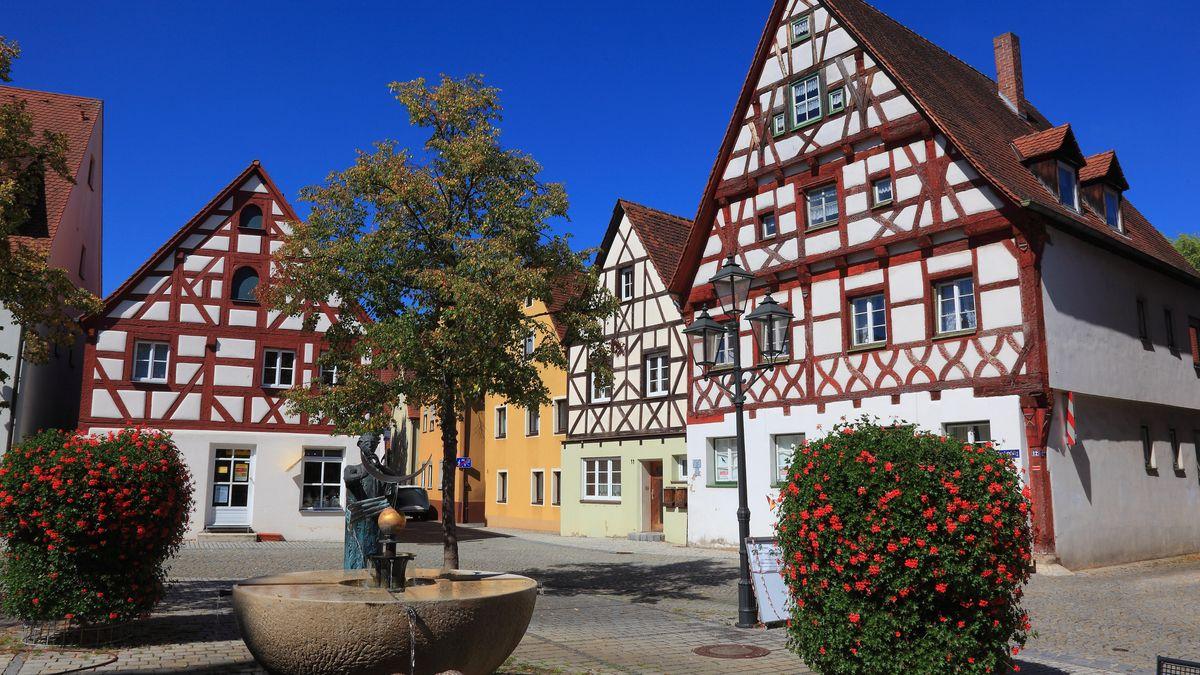 Fachwerkhaeuser und Brunnen am Rathausplatz von Stadt Heideck in Mittelfranken