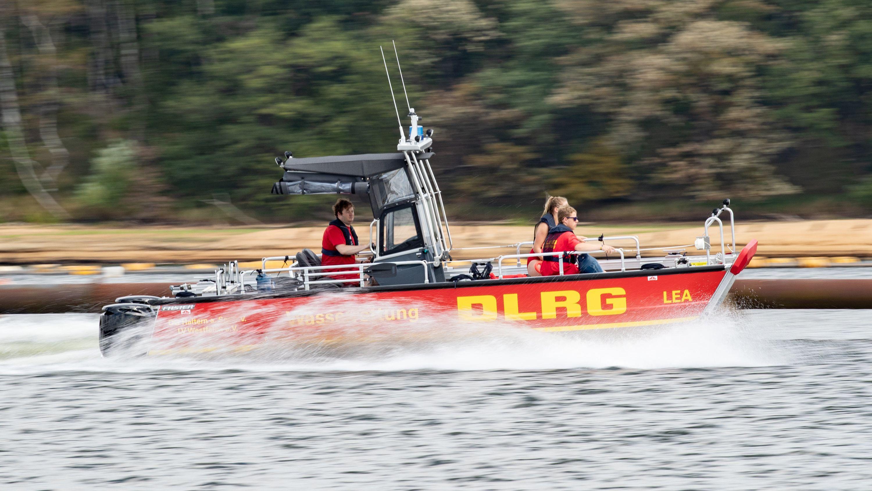 Boot der DLRG auf Rettungsfahrt