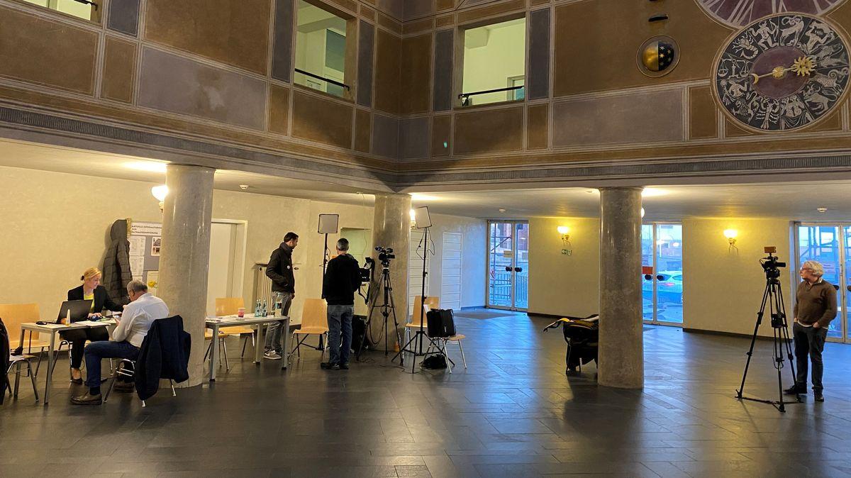 Letzte Vorbereitungen des BR im Aschaffenburger Rathaus.
