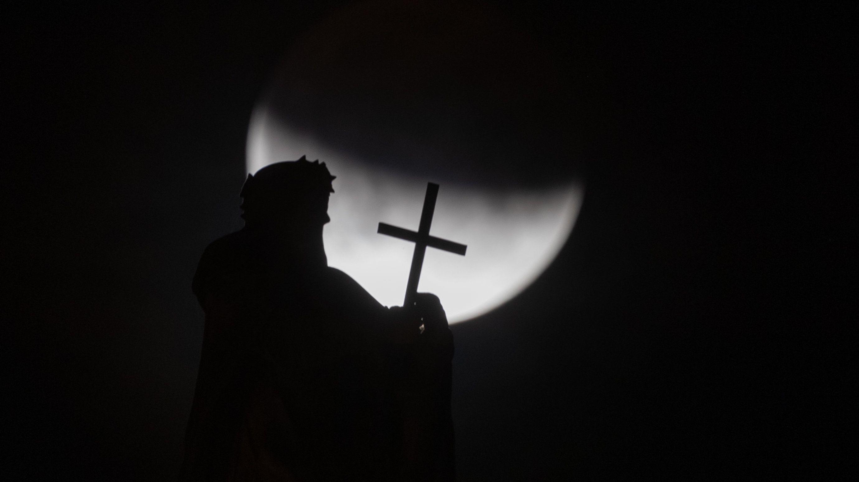 Dresden: Der Mond ist während einer partiellen Mondfinsternis hinter einer der Mattielli-Statuen auf der Katholischen Hofkirche zu sehen.