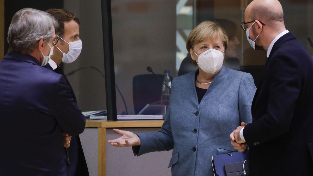 Bundeskanzlerin Merkel inmitten dreier Kollegen beim EU-Gipfel
