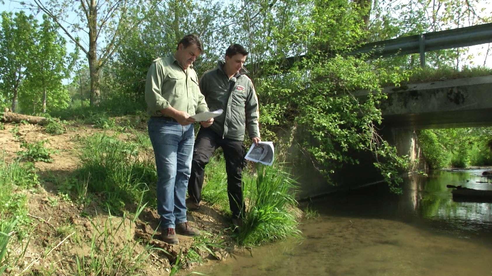 Hobbyangler Manfred und Tobias Weiherer an der nach Biogasanlagenunfall gesperrten Laaber
