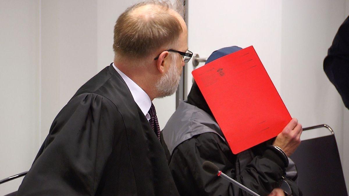 Der heute 57-jährige Angeklagte am Landgericht Aschaffenburg vor Gericht.