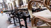 Gestapelte Stühle vor einem Restaurant   Bild:Sven Hoppe/dpa