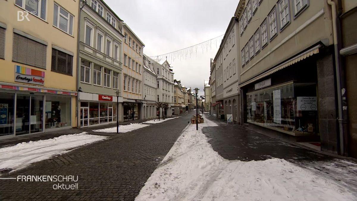 Blick auf eine Einkaufsstraße in der Coburger Innenstadt. Viele Läden stehen leer.