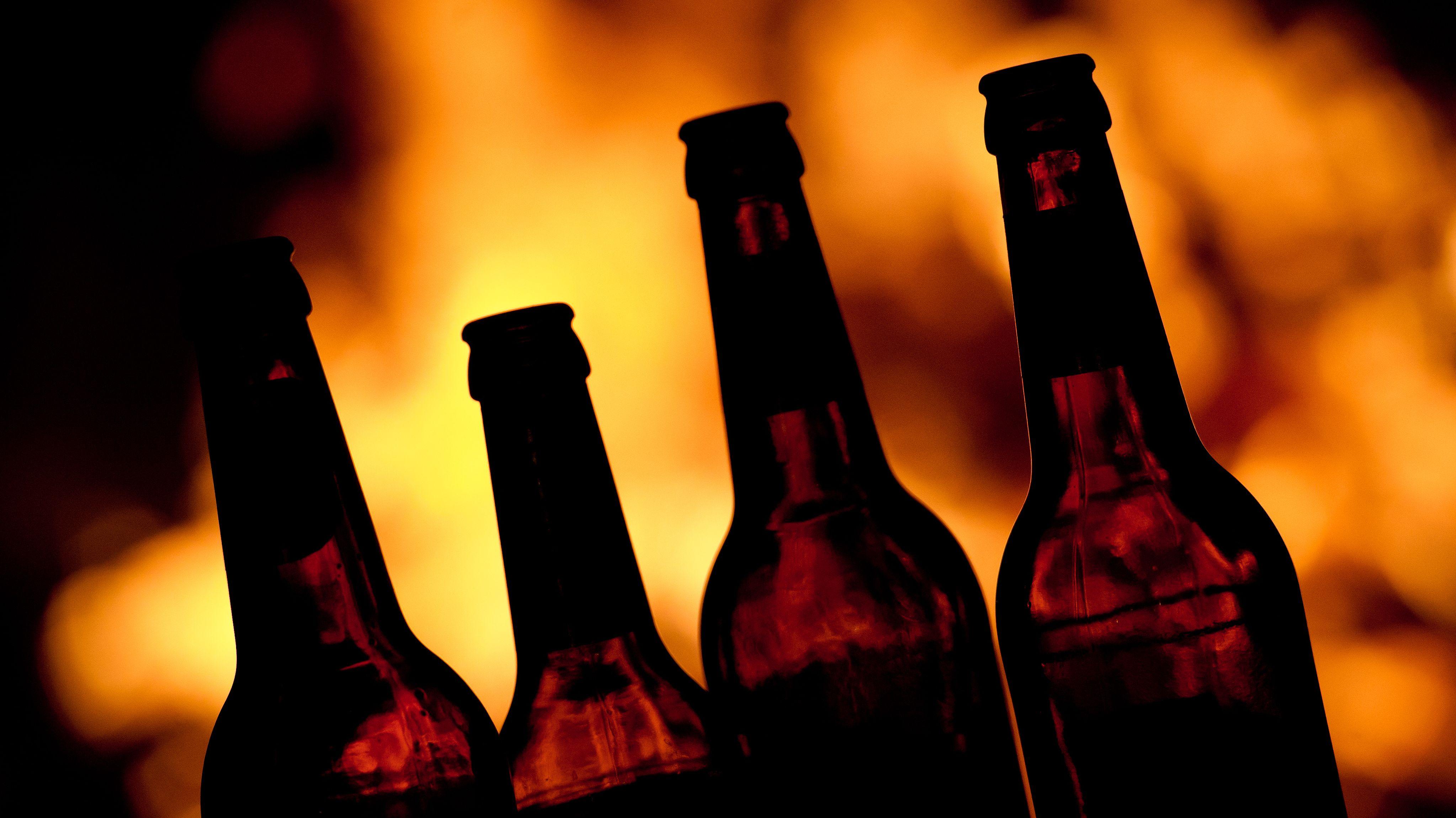Symbolbild: leere Bierflaschen vor Feuer