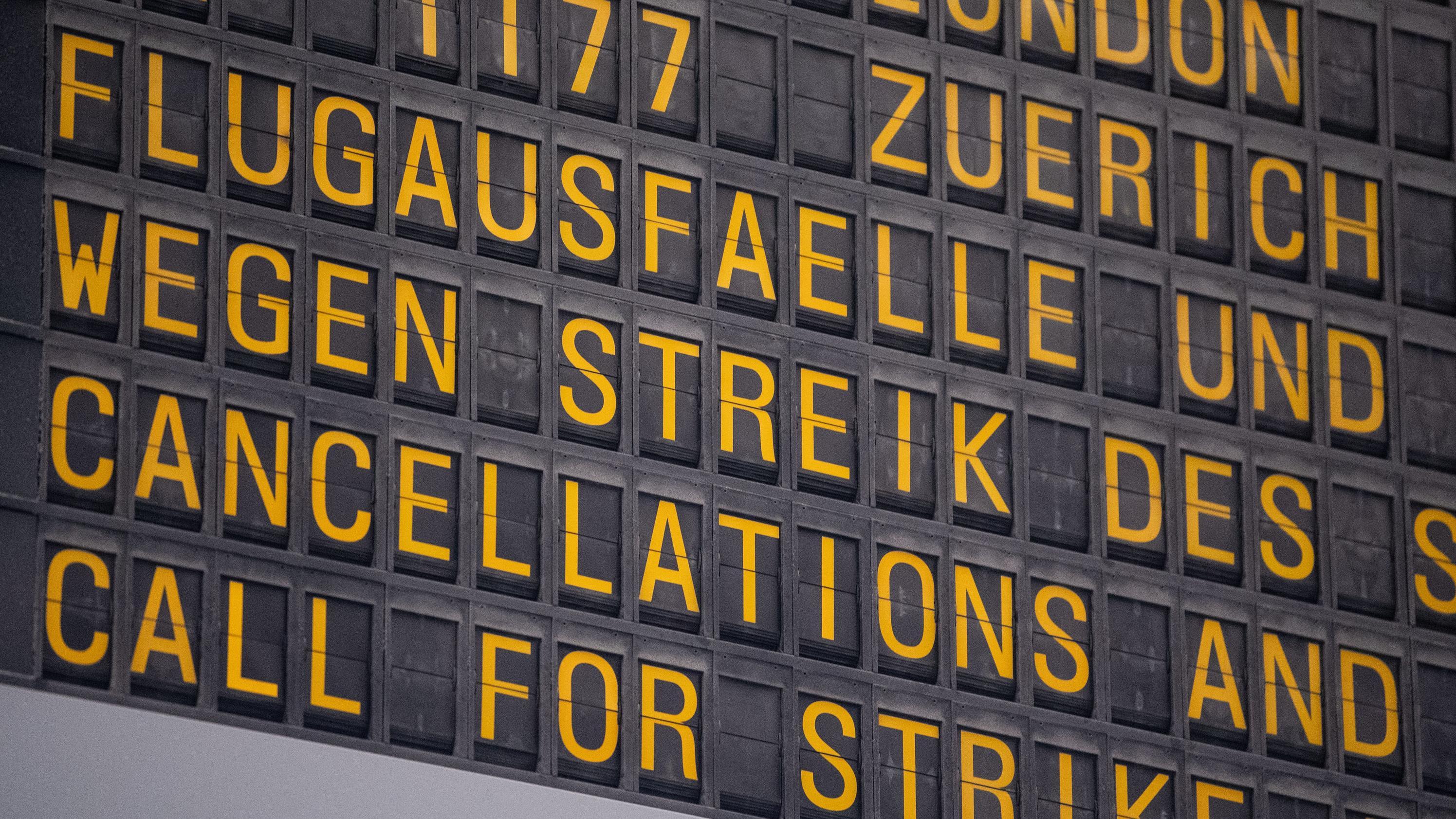 Symbolbild: Eine Anzeige weist am Flughafen Stuttgart auf Flugausfälle wegen eines Streiks hin