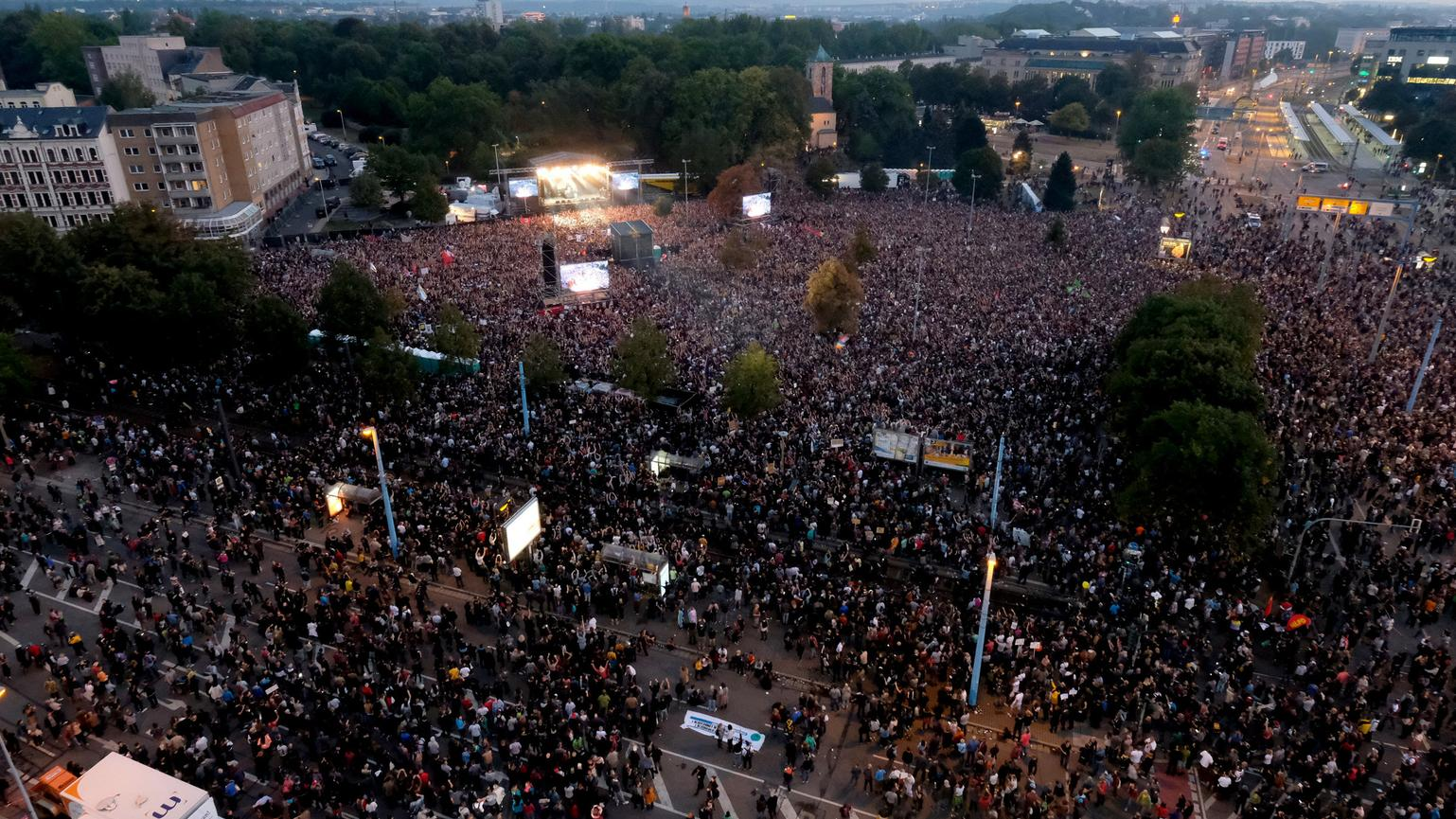 Menschenmassen beim #wirsindmehr-Konzert in Chemnitz
