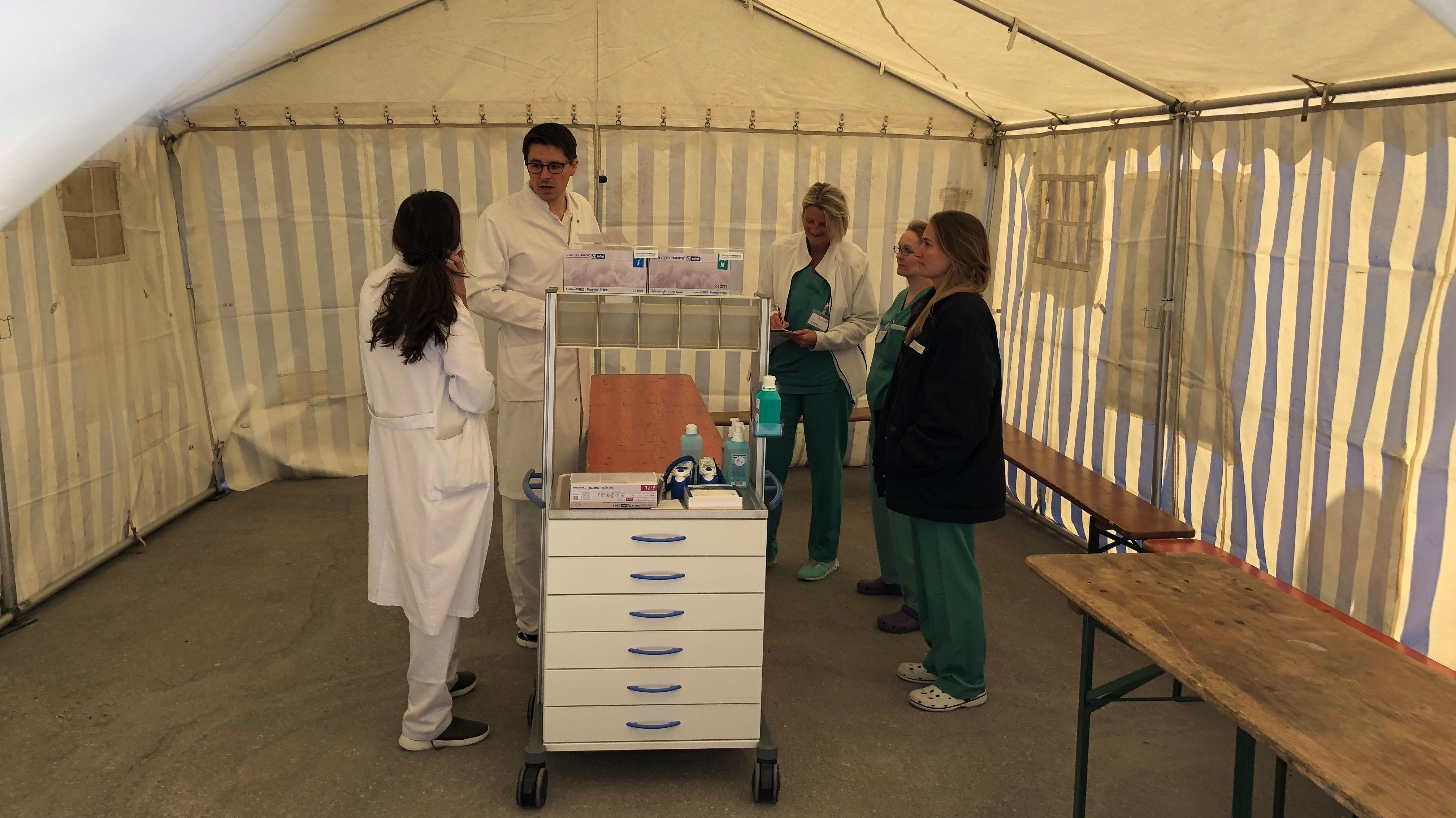 Triage-Zelt mit Klinik-Personal