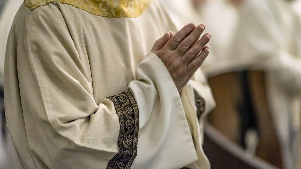 Ein Priester in der Kirche.