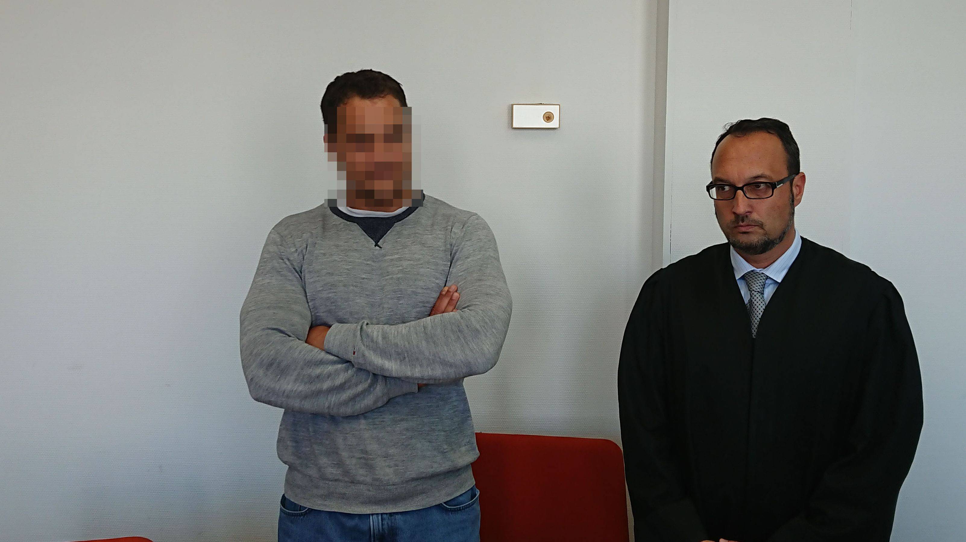 Der Angeklagte Nidal A. und sein Verteidiger vor Gericht