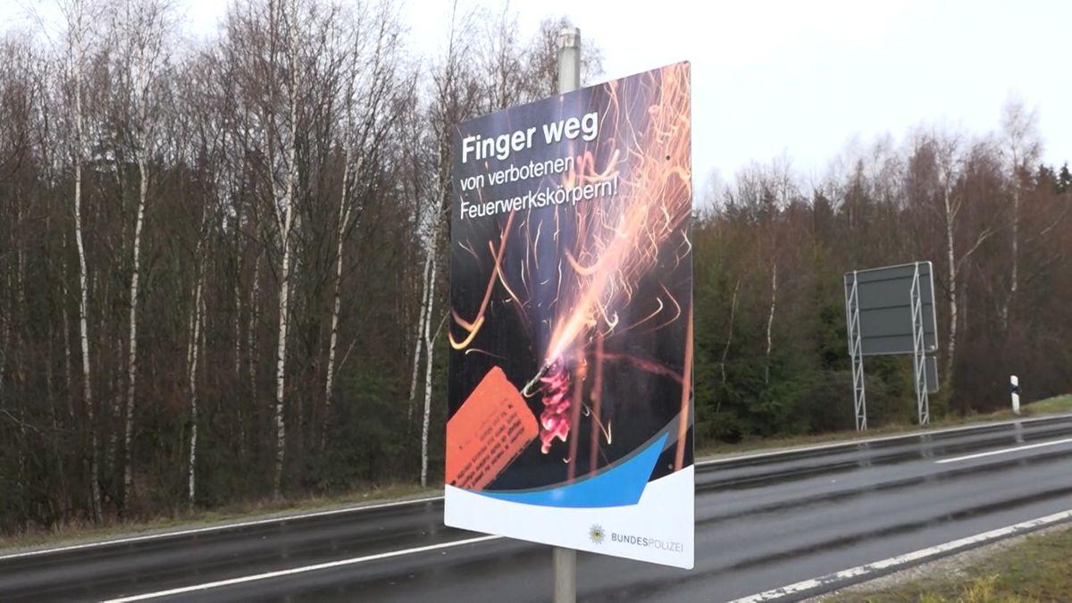 """Plakat der Bundespolizei: """"Finger weg von verbotenen Feuerwerkskörpern."""""""