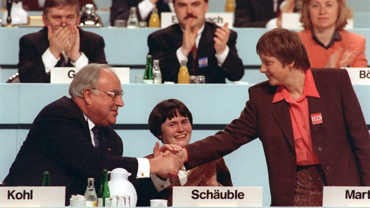 Der damalige Bundeskanzler Helmut Kohl gratuliert seiner neugewählten Stellvertreterin Angela Merkel, während des Parteitags der CDU im Kulturpalast in Dresden; in der Mitte die damalige thüringische Kultusministerin Christine Lieberknecht