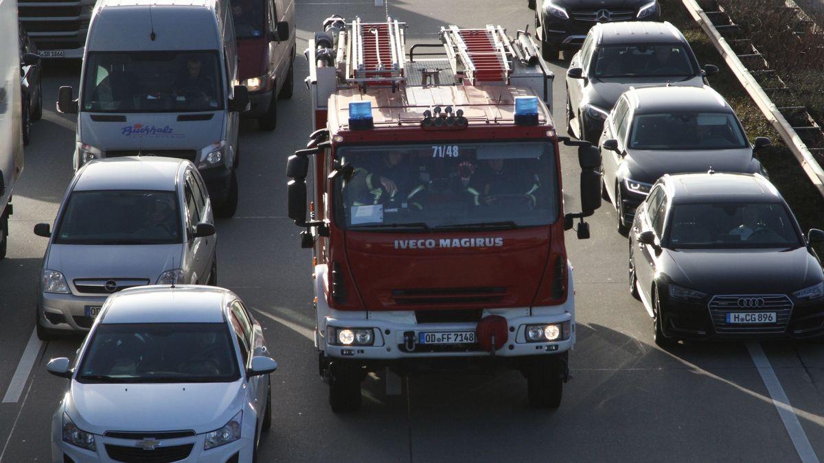 Einsatzwagen der Feuerwehr fährt durch eine Rettungsgasse (Symbolbild)