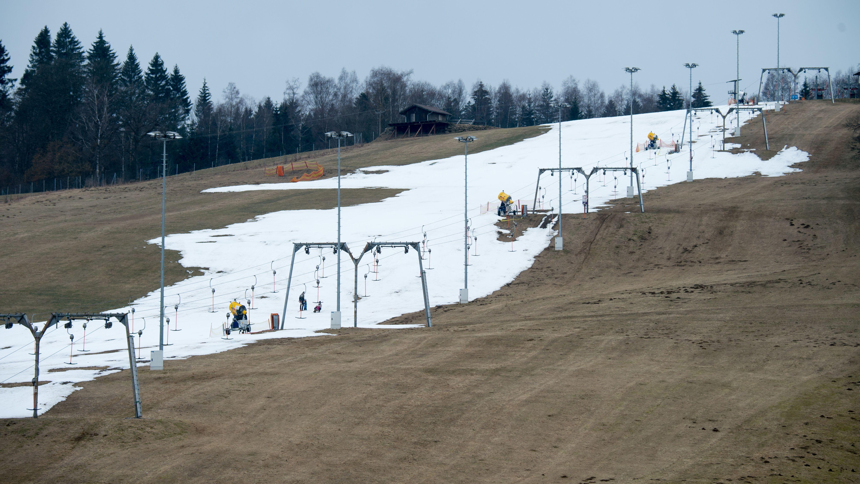 Schneemangel im Skigebiet Sankt Englmar: Vor allem kleinere Lifte in der Region haben nach Ansicht von Experten kaum eine Zukunft.