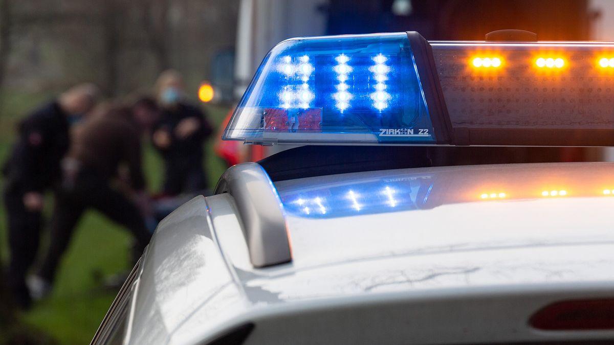Polizeistreife mit Blaulicht (Symbolbild).