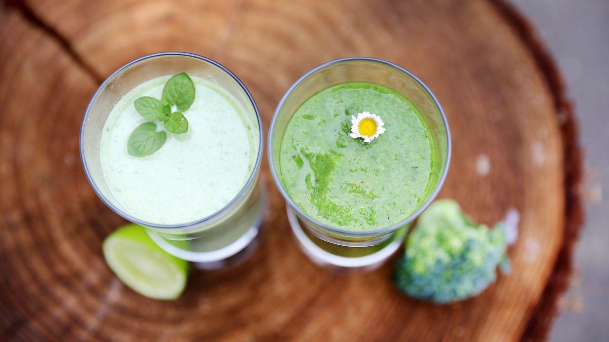 Zwei Gläser mit grünem Smoothie.