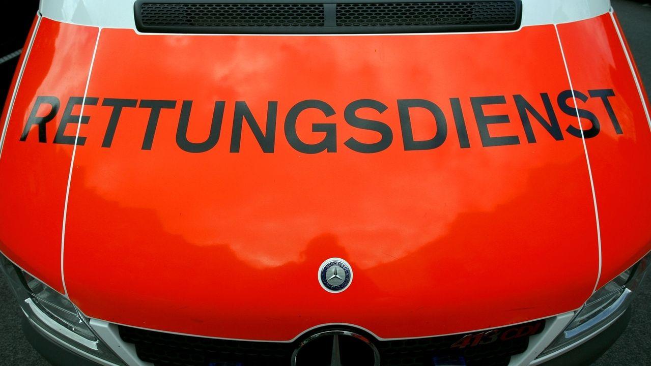 """Ein Rettungswagen mit der Aufschrift """"Rettungsdienst"""" (Symbolbild)."""