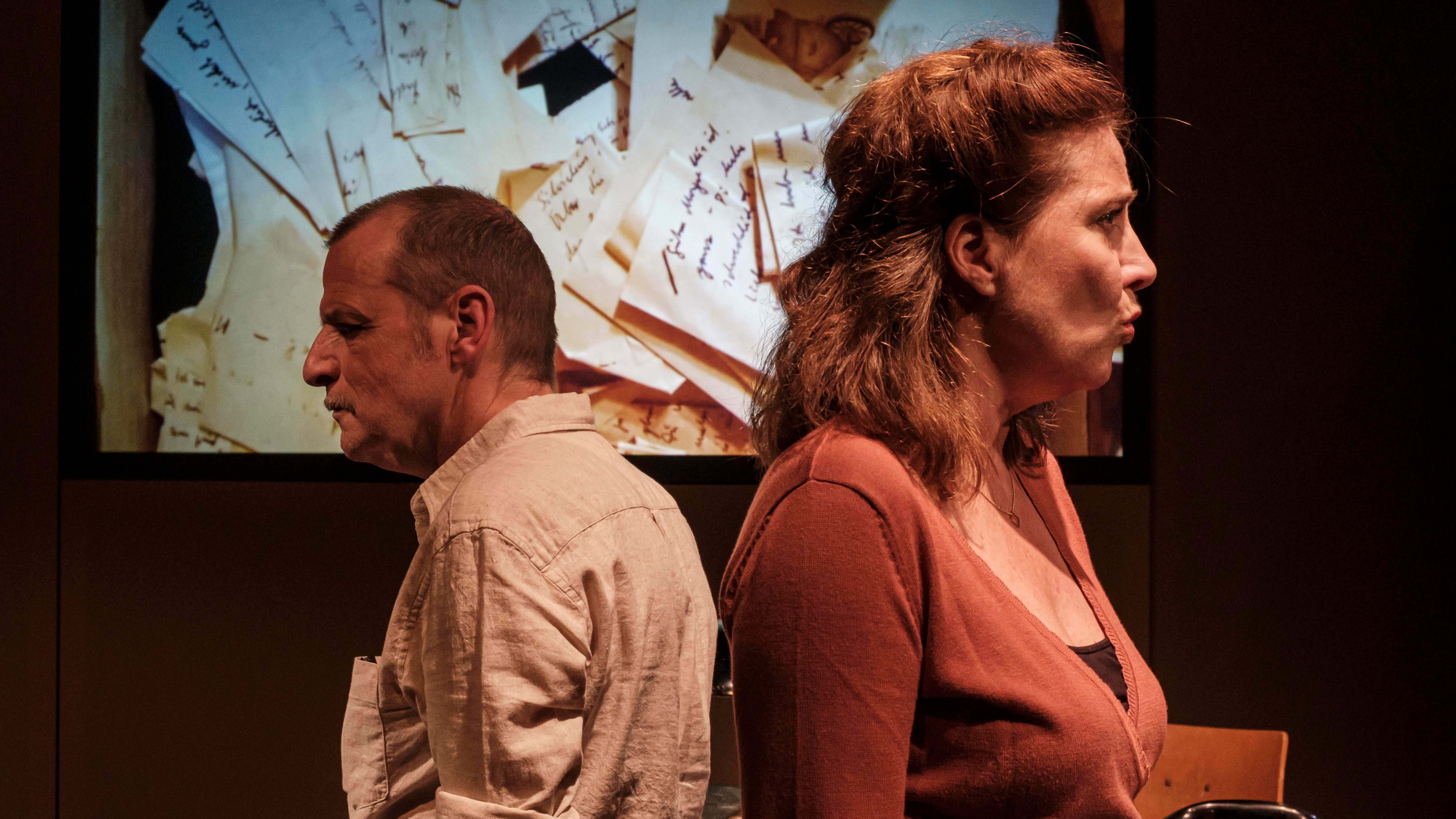 """""""Flüsterzettel - eine geheime Liebe beim BND"""" im Münchner HochX Theater: Christian Buse und Katja Amberger als Silvie und Heiko."""