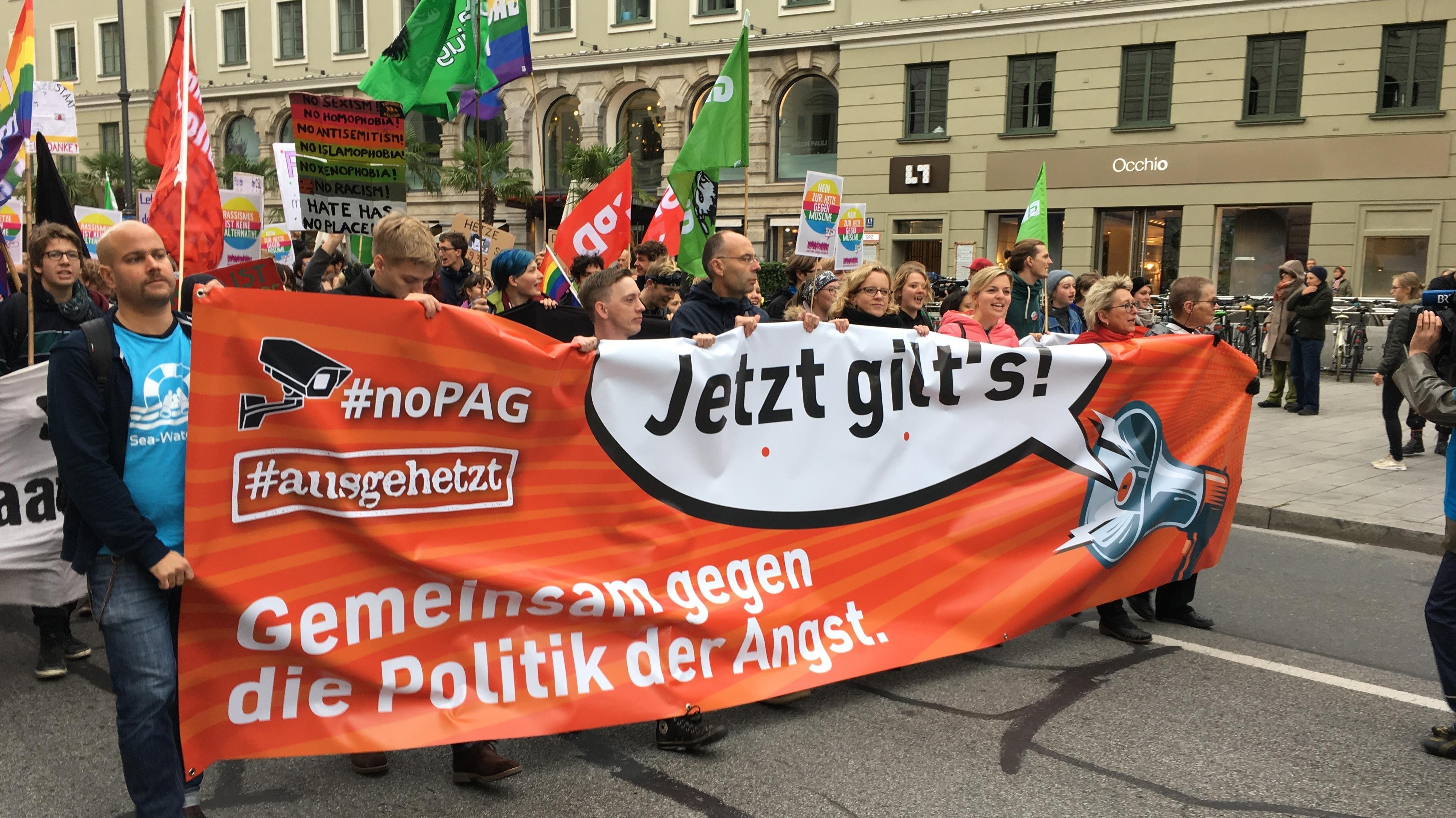 """""""Jetzt gilt's! - Gemeinsam gegen die Politik der Angst"""". Friedliche Demonstranten am Tag der Deutschen Einheit in München"""