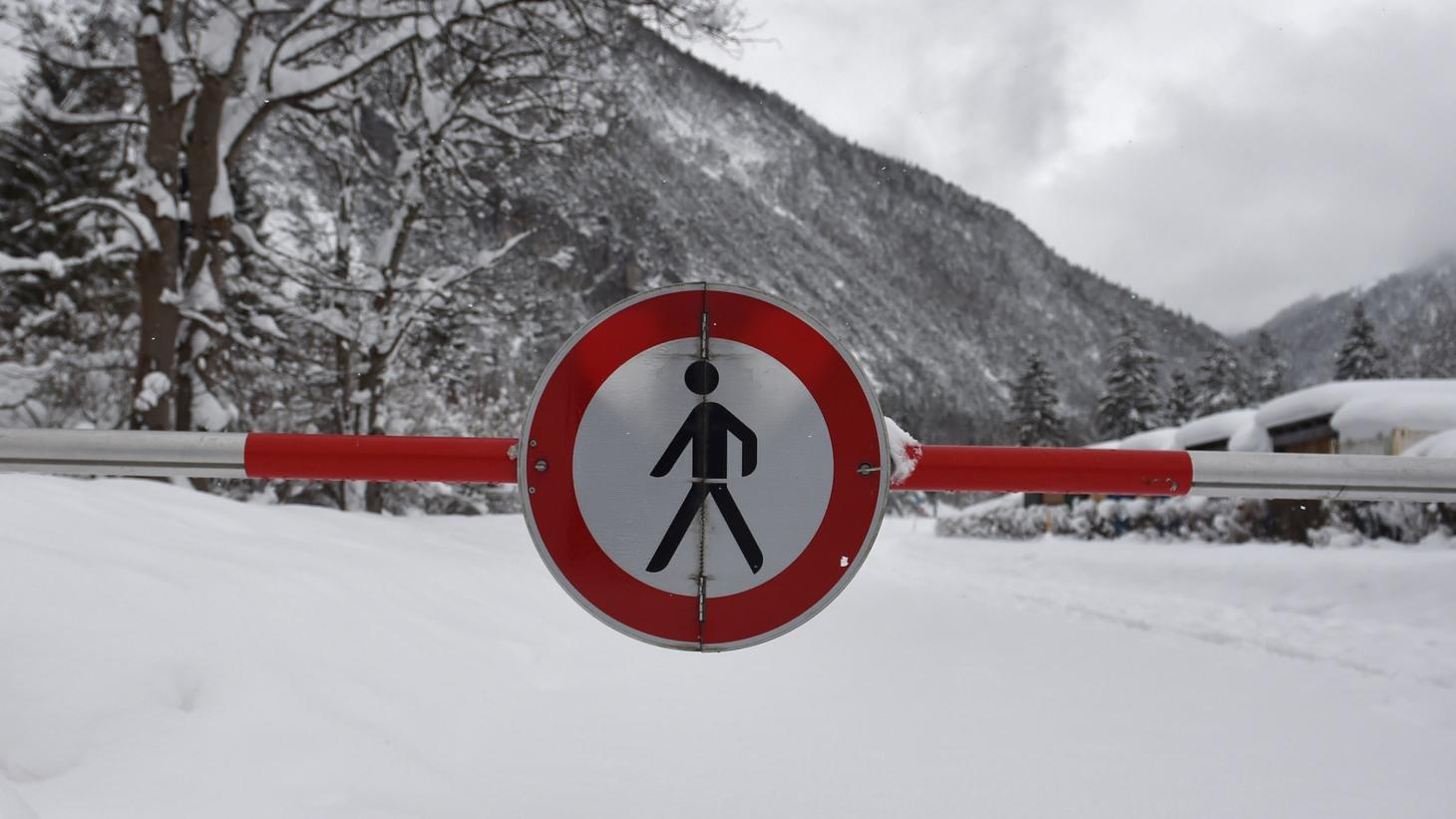 Schnee am Grenzübergang Mittenwald