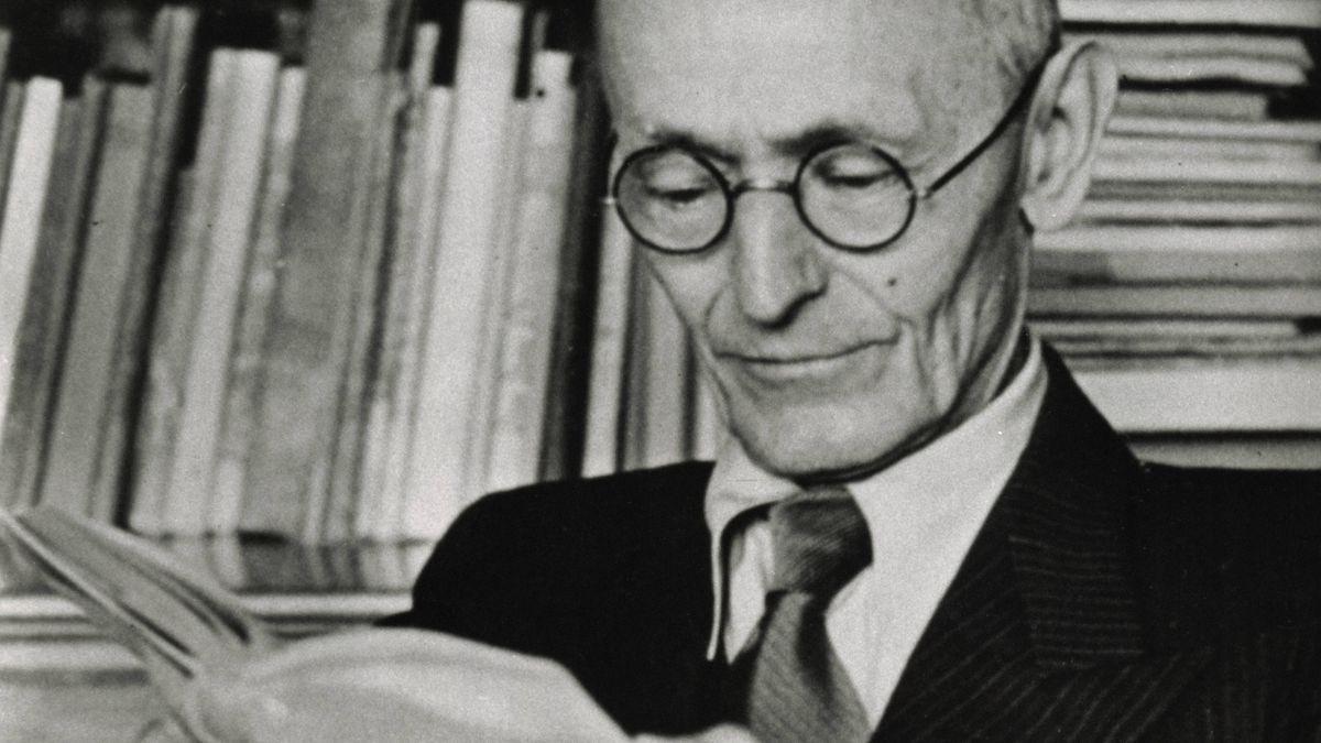 Schriftsteller Hermann Hesse beim Lesen eines Buches