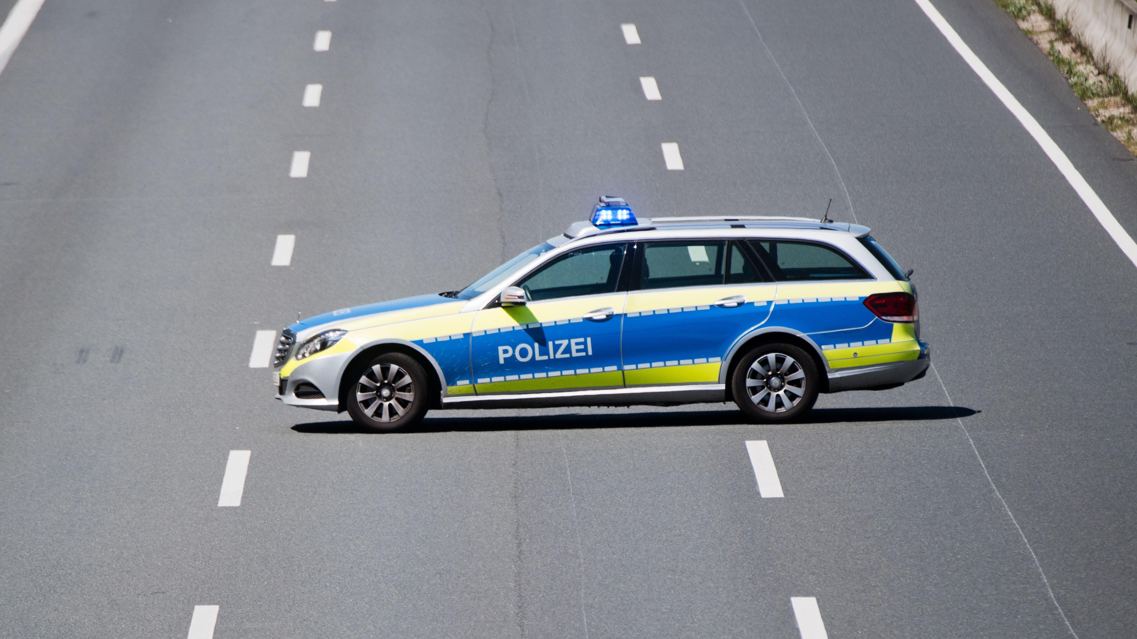 Ein Polizeiauto sperrt eine Autobahn (Symbolbild)