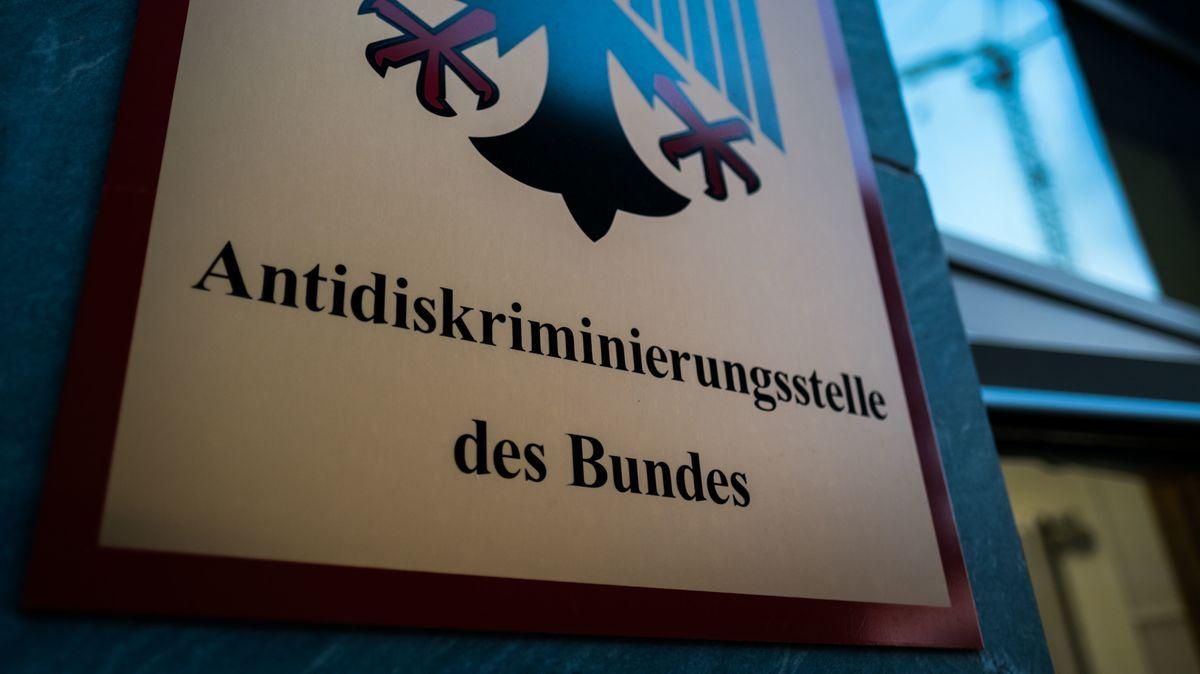 Das Türschild der Antidiskriminierungsstelle der Bundesrepubik Deutschland in Berlin.