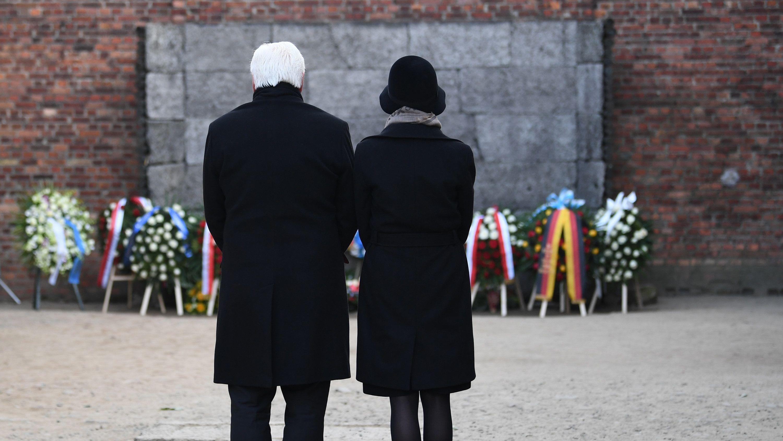 Bundespräsident Frank-Walter Steinmeier und seine Frau während einer Schweigeminute im ehemaligen deutschen Konzentrationslager Auschwitz.