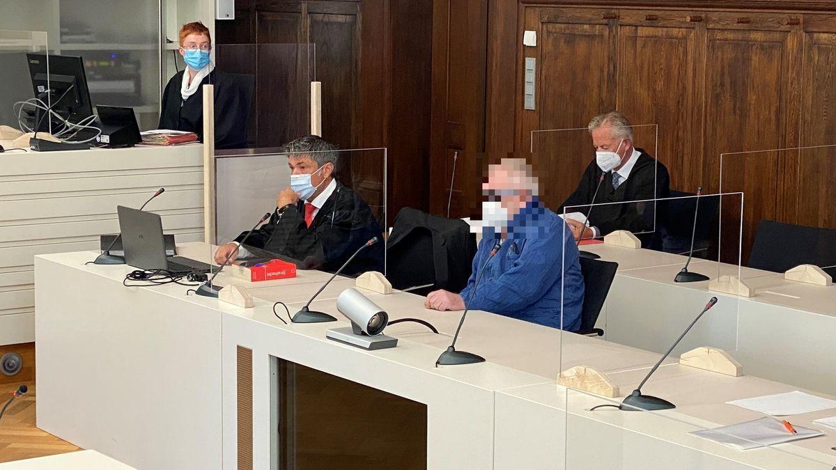 Dem Angeklagten (Mitte) wird zweifacher Mord aus Heimtücke und aus niedrigen Beweggründen zur Last gelegt. Zum Prozessauftakt schwieg er.