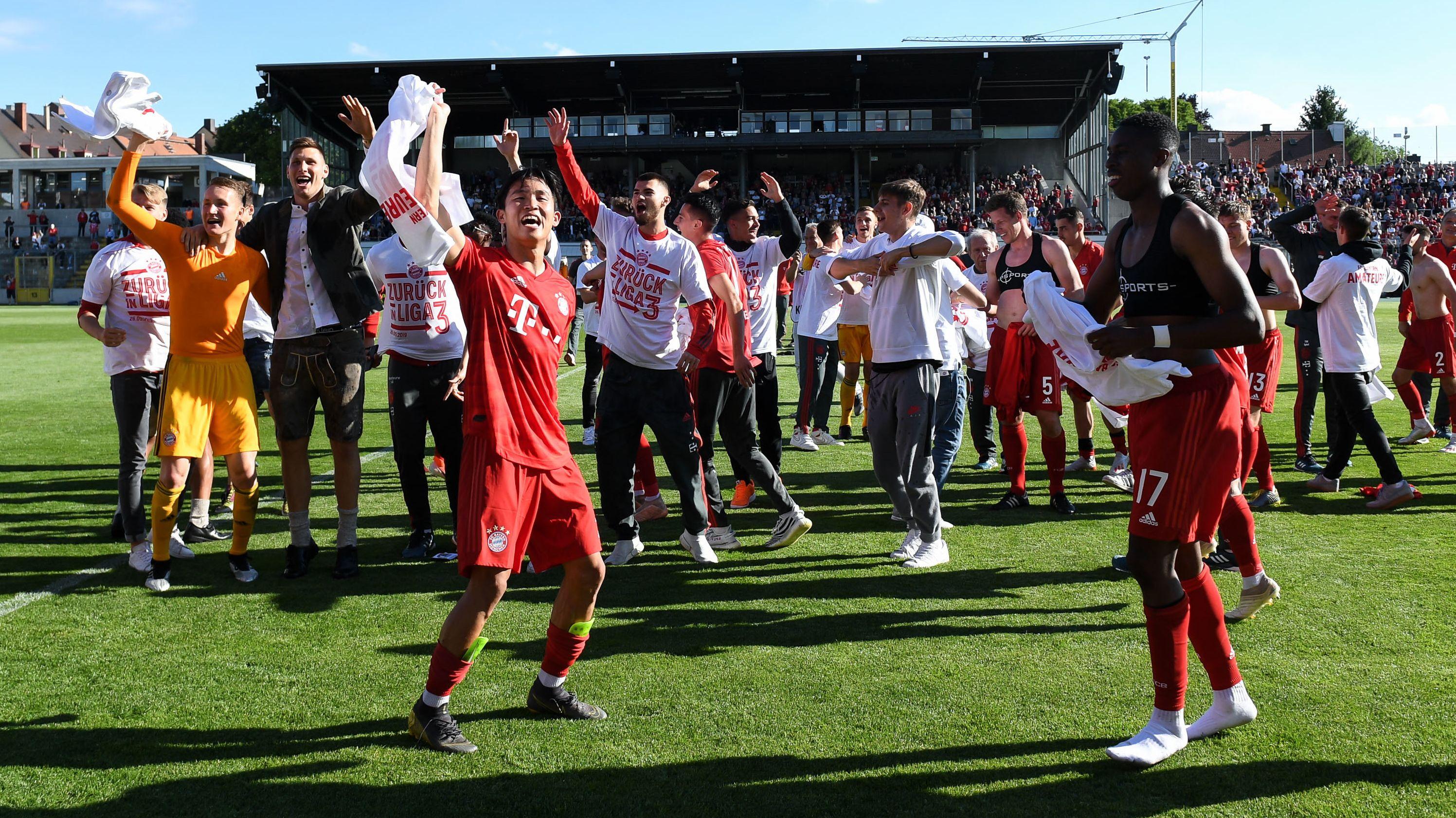 Feiernde Spieler des FC Bayern München II nach dem Spiel