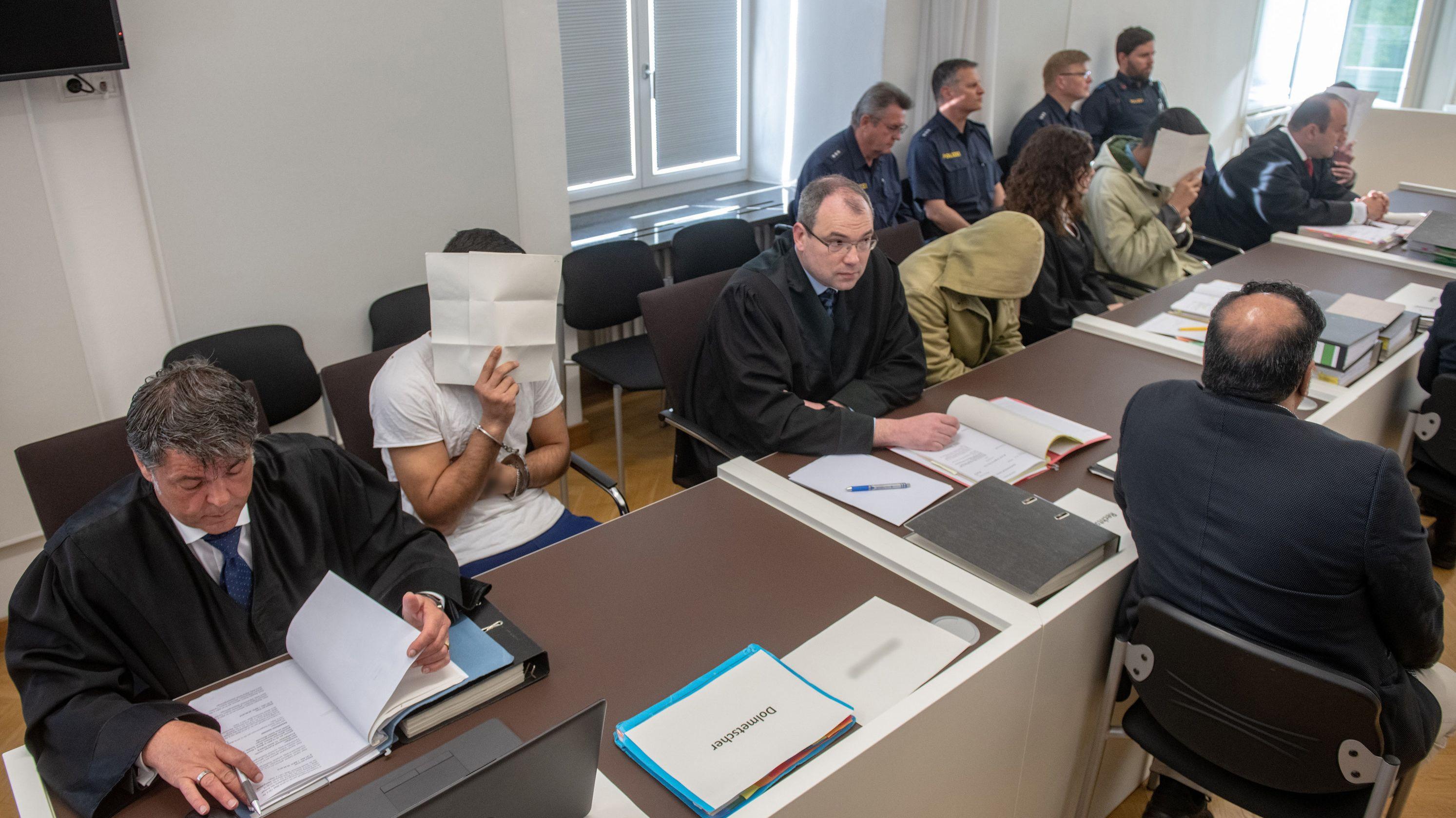 Die Angeklagten vor dem Amtsgericht Amberg