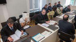 Die Angeklagten vor dem Amtsgericht Amberg | Bild:dpa/Armin Weigel