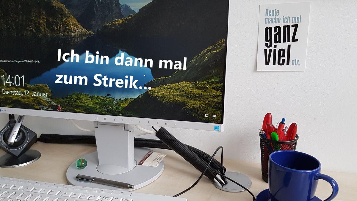 Schreibtisch mit Computer-Bildschirm