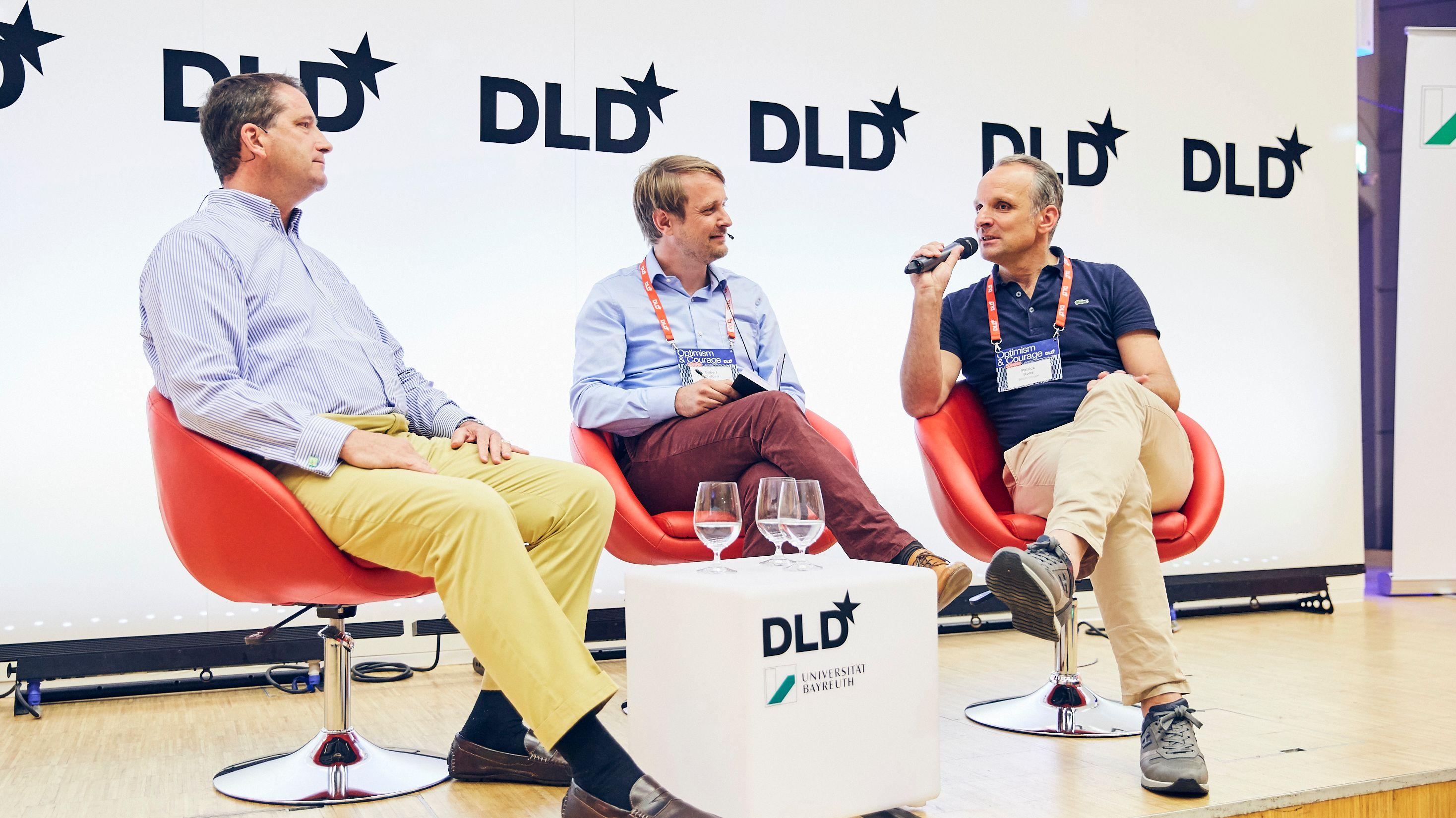 Terry von Bibra (Alibaba, links) und Patrick Boos (rechts, BAUR-Gruppe) diskutieren auf dem DLD