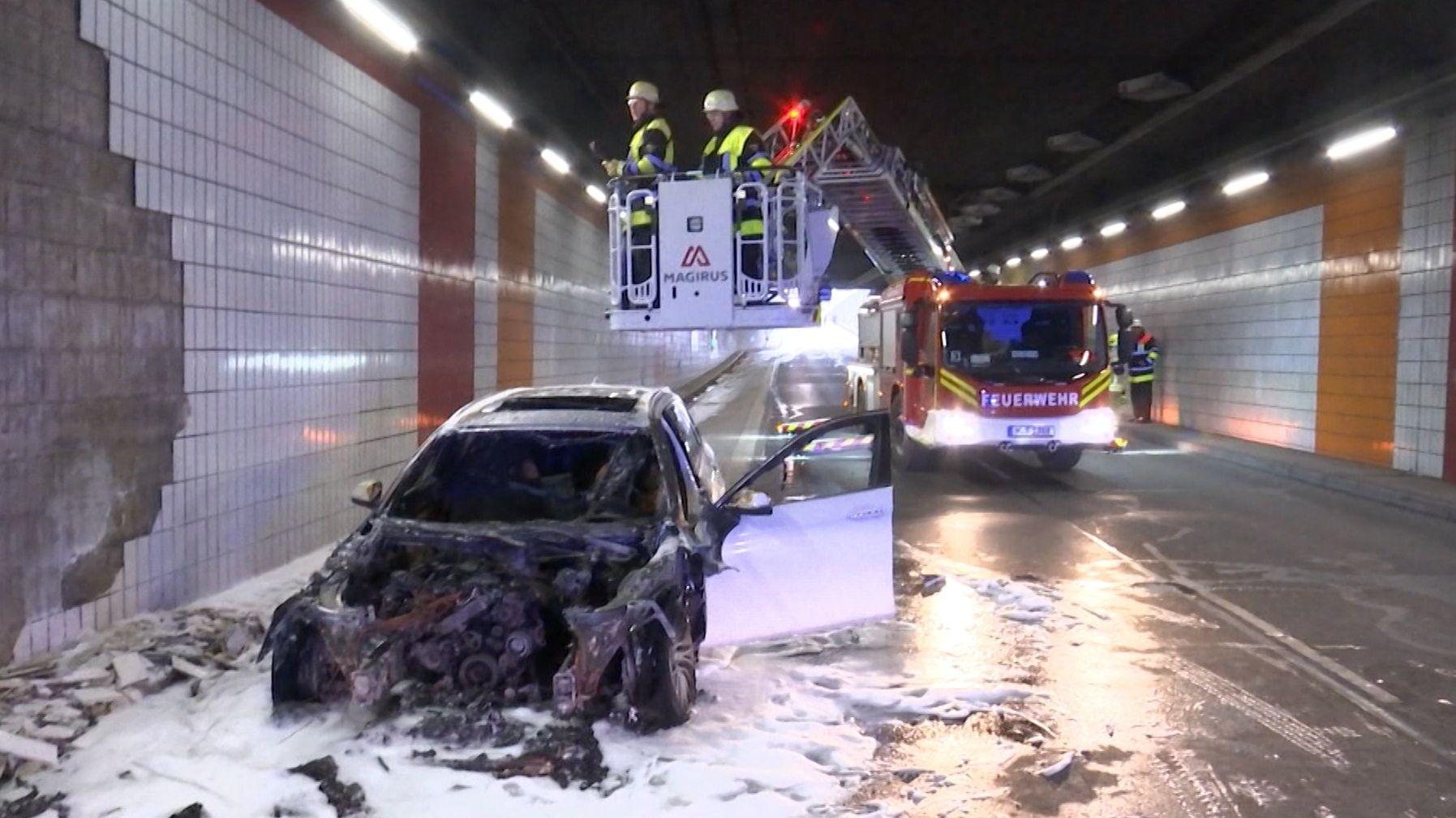 Ausgebranntes Auto im Tunnel auf dem Mittleren Ring