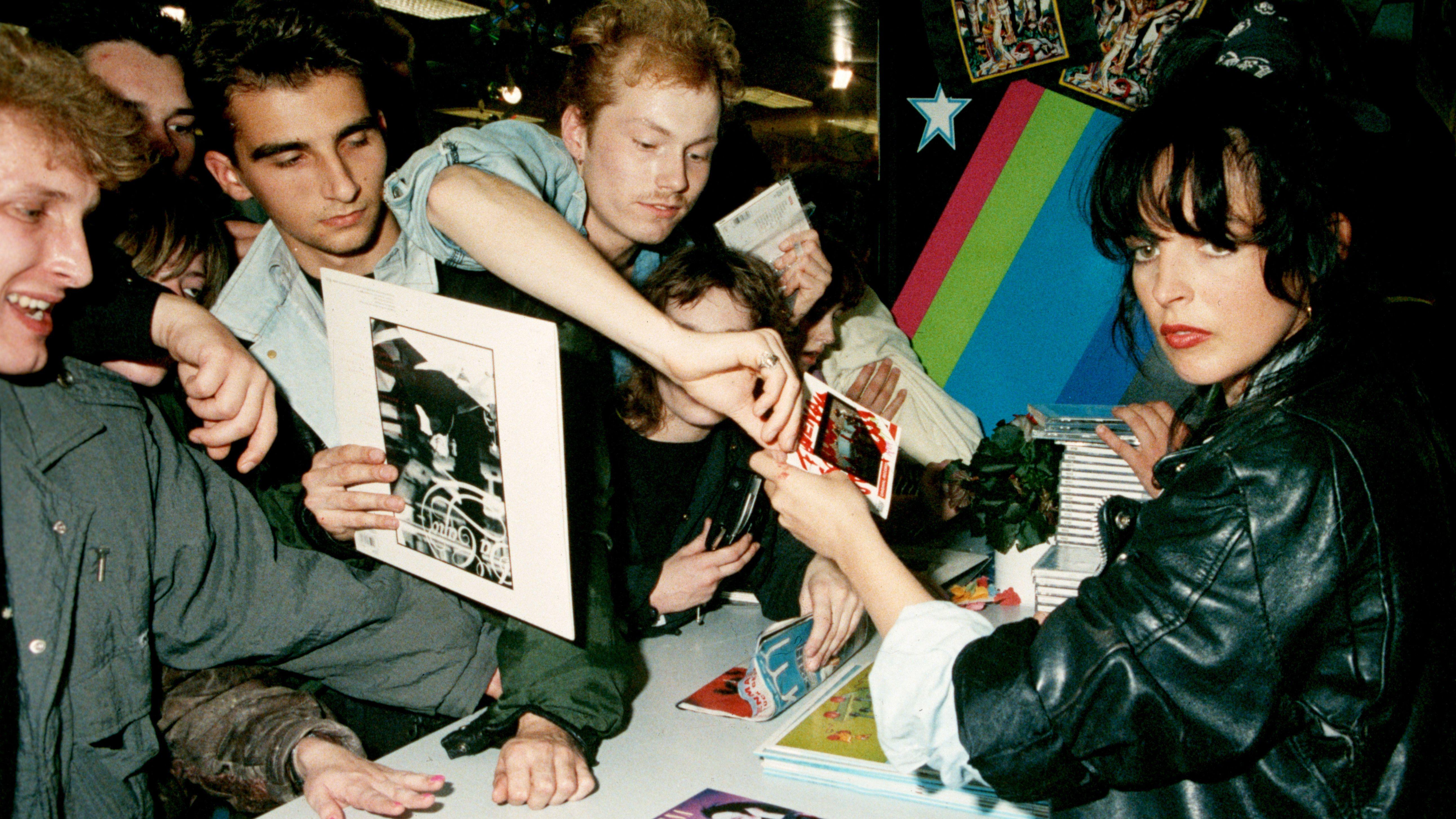 Nena 1990 bei einer Autogrammstunde in Ostberlin