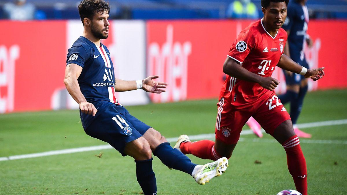 Die Bayern beginnen da, wo sie aufgehört haben - offensiv und munter nach vorne. Hier wird Serge Gnabry vom Ex-Münchner Juan Bernat gestoppt.
