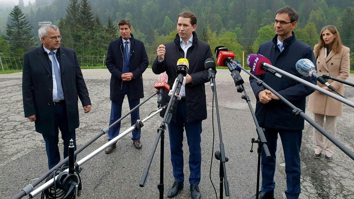 Der Kleinwalsertaler Bürgermeister Andi Haid, Sebastian Kurz, Bundeskanzler von Österreich, und Vorarlbergs Landeshauptmann Markus Wallner sprechen zu Medienvertretern nach einem Treffen zur Grenzsituation